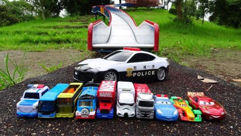 警车玩具出发寻找托马斯和小汽车