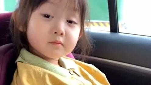 哥哥逗她说要是睡着了,就把她饼干吃了,结果一路上就这样坚持下来的!