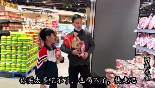 花儿子的压岁钱买零食,儿子专挑便宜的,各种理由不给买
