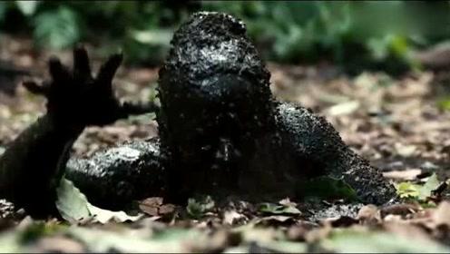 男子被部落追杀,不慎陷入沼泽泥潭,头都被埋了硬是被他游出来