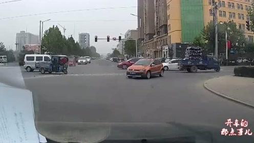 越野车师傅突然左转,视频女司机慌了,猛打方向避让冲进绿化带