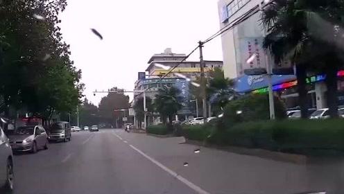 丰田司机高速并线,一把方向冲撞厢货车,视频车师傅看懵了