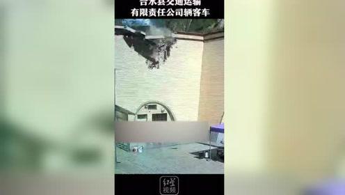 庆阳一大巴车翻入居民农宅内,环县公安通报