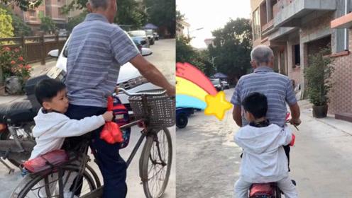 熟悉的单车风景!萌娃见爷爷来接他 熟练坐在自行车后面抱紧爷爷