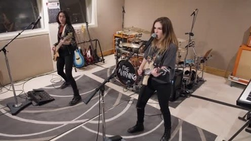 墨西哥摇滚三姐妹将音乐直怼到你面前,贝斯手这头长发超级抢戏!