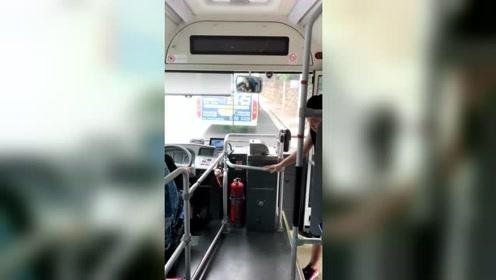 小伙坐公交车和司机对话,小伙套路满满,只为两元车票