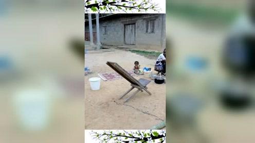 在非洲打工的朋友,发来一段视频,这么小的孩子坐地上都没人管?