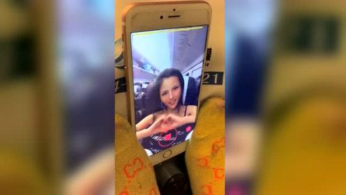 大妈竟然穿成这样在火车上拍视频,真是太厉害了!