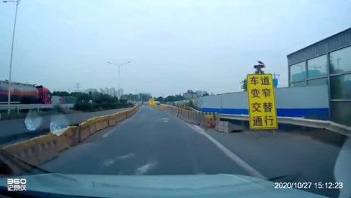 早早发现大车要并道,应该减速让行的,视频车就是要冲上去