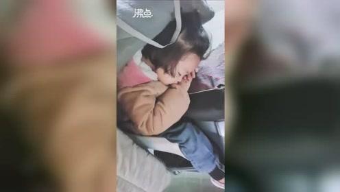 女外卖员独自带4岁女儿送外卖 取完餐发现女儿已趴在电动车上睡着