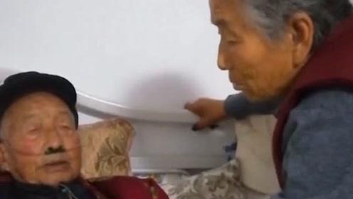八十多岁妹妹看望九十一岁哥哥,临走时哥哥突然从被子里掏钱,让她买吃的!
