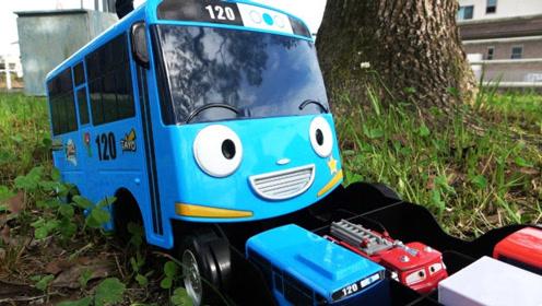小巴士在公园里寻找托马斯和汽车伙伴