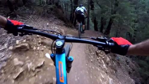 这个山地速降有点儿意思!看着这个视频也有点想玩山地车