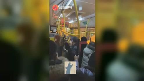 """哈尔滨大雪公交车被冻住无法上坡 全车人一起""""蹦迪""""助力结局爆笑"""