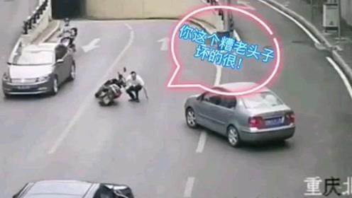小轿车走错车道,突然变道撞到摩托车