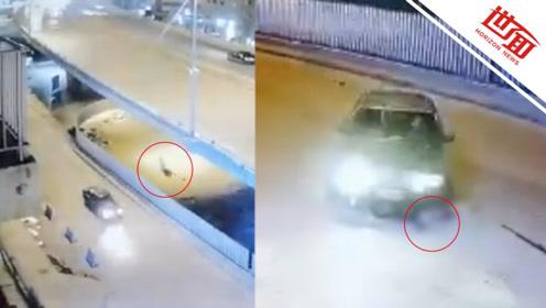 祸不单行!摩托车手高速撞击后坠下高架桥 又惨遭飞驰小车碾压
