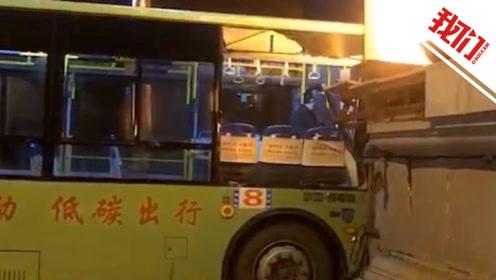 黑龙江一公交车失控撞上牌坊门 多名乘客受伤司机已停岗