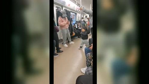 小朋友坐地铁也太可爱了吧,这是在自娱自乐吗