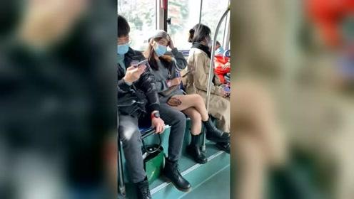 公交上看到一位美女,忍不住多看了两眼,没想