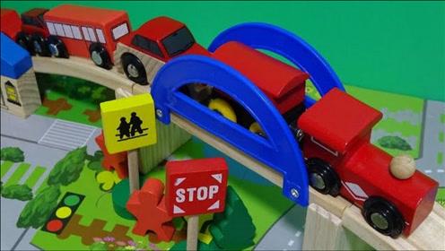 彩色木制小火车和汽车玩具通过小桥