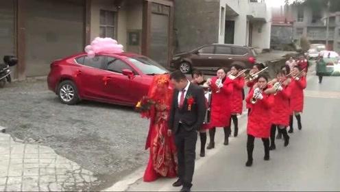 湖南一帅哥迎亲,带着新娘走路进家这种习俗你见过吗?有什么含义?