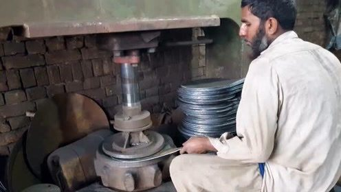 巴基斯坦师傅打造铁锅视频,干了几十年,看看和我们有什么不同