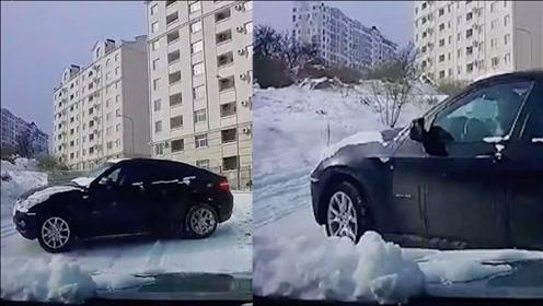 司机上坡遇对头车下坡打滑、操作凌乱,司机的反应亮了!网友:躲得真快!