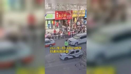 甘肃环县一出租车司机冲撞运管人员 致1死1伤