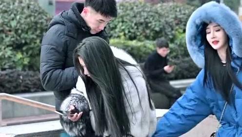小姐姐太坏了,故意在身后恶搞美女,害得小哥被收拾有理说不清!