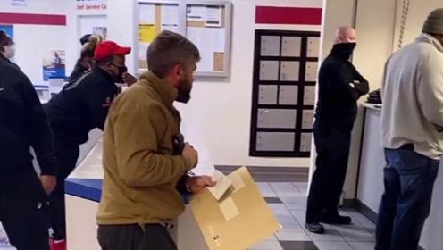 疫情期间,美国华人在邮局发来一段视频,这美国人也太不让人省心了