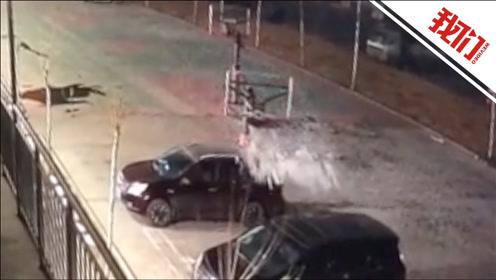 看看这风有多大!篮球架被吹跑致两车受损