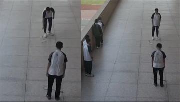 防空警报拉响,两位正打羽毛球学生立马放下球拍默哀