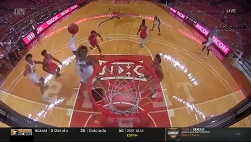 NCAA大学生又现死亡隔扣!格雷格-布朗腾空残暴扣翻对手