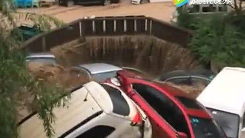 亲眼目睹洪水灾害,价值几千万豪车被大水冲走