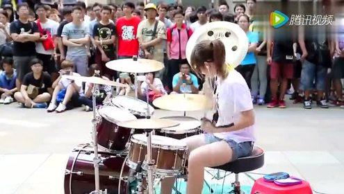 小姑娘的街头花式架子鼓,众人围观