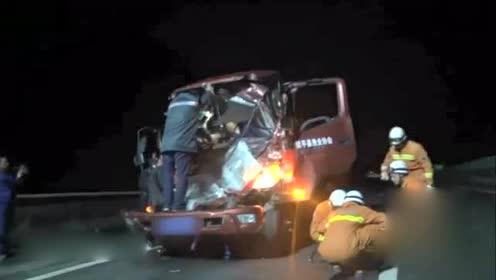 货车追尾司机被困 女护士踉跄爬车为其输液