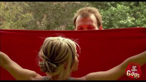 【恶搞】美女要换衣服,路人帮忙拿红布遮挡,