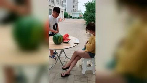 美女花样卖西瓜,顾客轻松上当