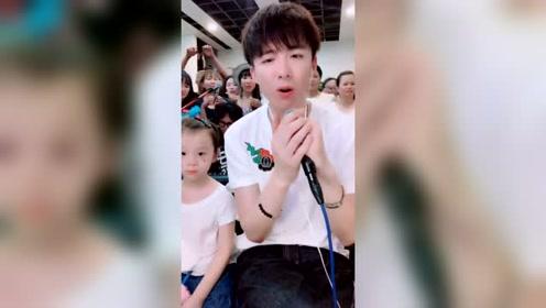 第一次见到宁哥笑着唱歌及全场粉丝欢快合唱!