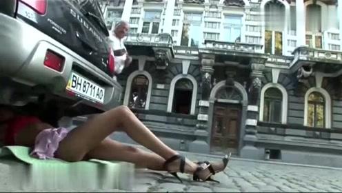 国外恶搞:美女寻求帮助,男人们眼睛都看直了