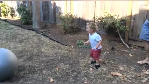 国外爆笑视频合集,最无辜的就是这个小孩了,