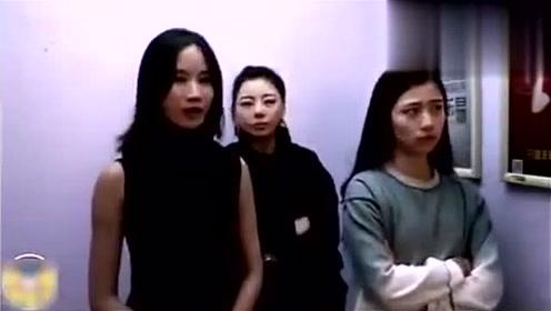 3个美女在电梯里比赛放屁,超搞笑!