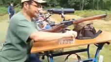 几十年前的一款步枪,子弹上膛方式非常绚丽!