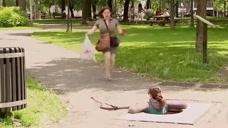 恶搞:下水道盖被打开,女子浑然不知意外坠坑