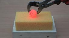 1000度铁球VS海绵,海绵能坚持多久?睁大眼睛看仔细!