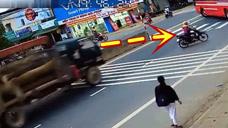 女子发现不对劲,赶紧开车摩托车逃离马路,命真大!