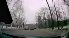 这SUV的司机真能作死,这路上还疯狂超车,客车跟着倒霉