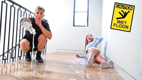 老外恶搞好友在地板上涂满油,好友走过去瞬间