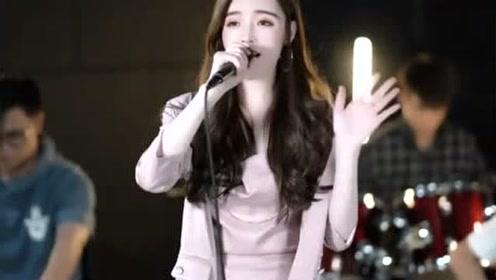 女歌手翻唱《流星雨》,音乐一起,勾起我无尽