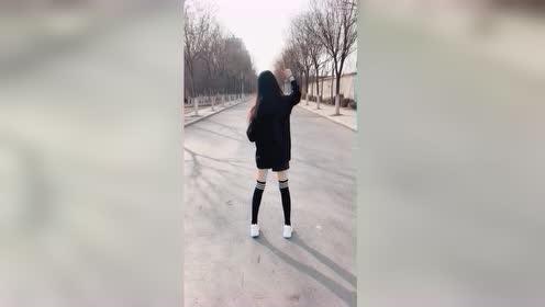 小姐姐户外随着音乐尬舞,这个背影你喜欢吗?